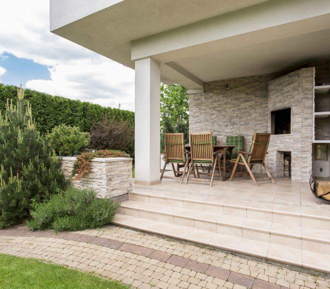 Aménager sa terrasse : bois ou dalle ?